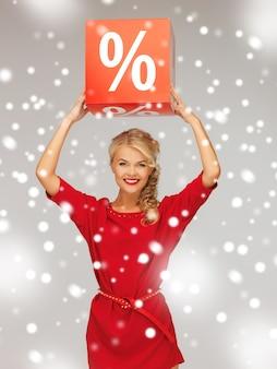 Zdjęcie uroczej kobiety w czerwonej sukience ze znakiem procentu