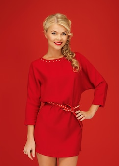 Zdjęcie uroczej kobiety w czerwonej sukience