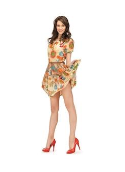 Zdjęcie uroczej kobiety w eleganckiej sukience