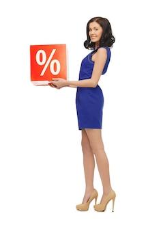 Zdjęcie uroczej kobiety w niebieskiej sukience ze znakiem procentu