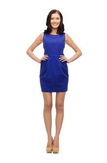 Zdjęcie uroczej kobiety w niebieskiej sukience