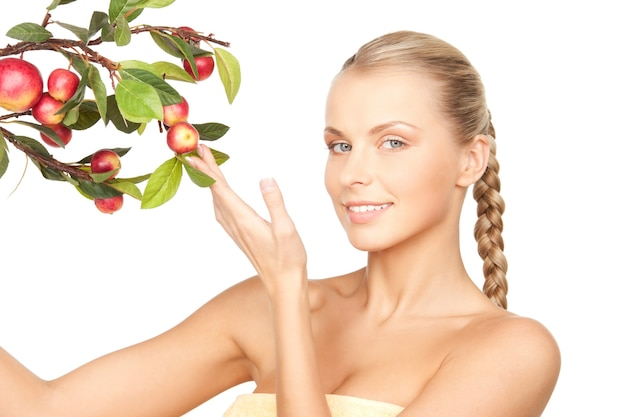 Zdjęcie uroczej kobiety z gałązką jabłka