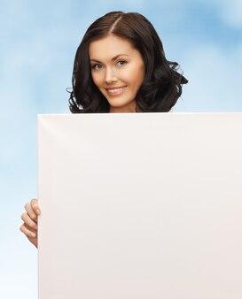 Zdjęcie uroczej kobiety z pustą tablicą