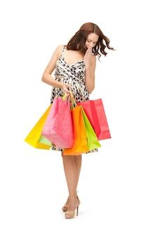 Zdjęcie uroczej kobiety z torbami na zakupy