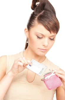 Zdjęcie uroczej kobiety z torebką i pieniędzmi
