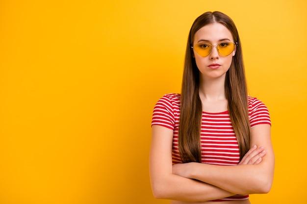 Zdjęcie uroczej wspaniałej pewnej siebie młodej dziewczyny z założonymi rękami prawie zły niezadowolony nie zgadzam się odwołany impreza przy basenie nosić okulary przeciwsłoneczne w paski biała czerwona koszula żywy żółty kolor tła