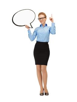 Zdjęcie uśmiechniętej bizneswoman z pustym dymkiem w specyfikacjach