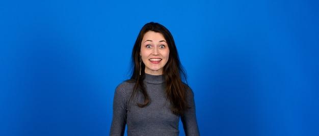 Zdjęcie uśmiechniętej, wesołej młodej kobiety