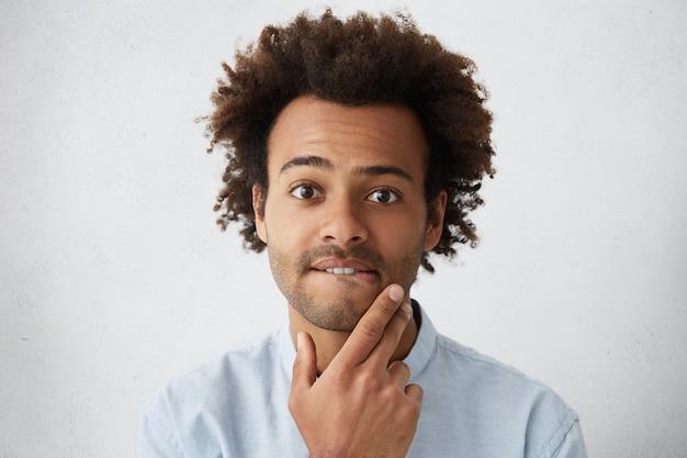 Zdjęcie w głowę przystojnego, zaniepokojonego lub zdziwionego młodego afroamerykanina