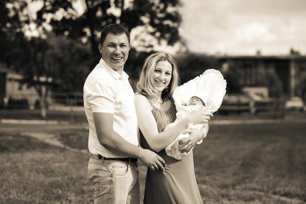 Zdjęcie w stylu retro.portret szczęśliwych młodych rodziców z noworodkiem