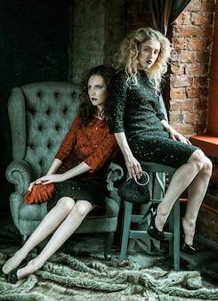 Zdjęcie w stylu vogue dwóch modnych pań, zimne odcienie