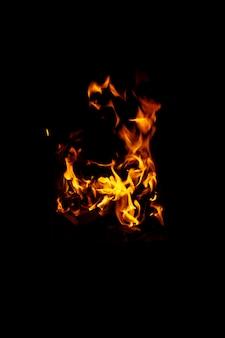 Zdjęcie w wysokiej rozdzielczości płomienia i iskier na czarnym stole. płomienie ognia. tekstura stołu. elemen za streszczenie projektu ruchu płomieni ognia
