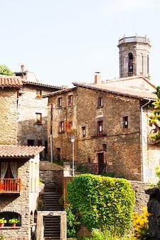 Zdjęcie wąskiej uliczce starej katalońskiej wioski