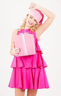 Zdjęcie wesołej dziewczyny pomocnika santa z pudełko