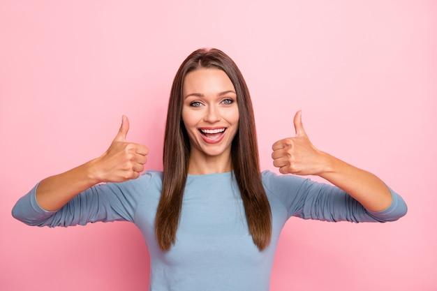 Zdjęcie wesoły pozytywny ładny całkiem miły dziewczyna pokazuje kciuk w górę uśmiechnięty ząb na białym tle pastelowy kolor tła
