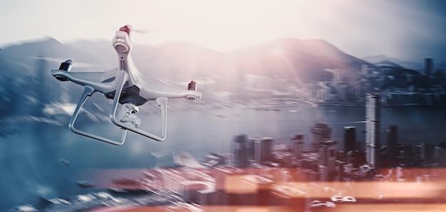 Zdjęcie white matte generic design pilot air drone z kamerą akcji latające niebo pod miastem. nowoczesne megapolis tło. szeroki widok z boku. rozmycie ruchu, efekt flary. renderowanie 3d.
