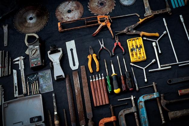 Zdjęcie widok z góry ogromny zestaw ręcznych narzędzi roboczych i elektronarzędzi, wielu do drewna