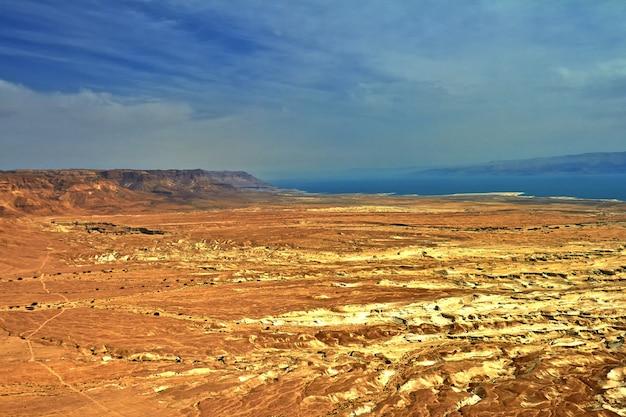 Zdjęcie widoku morza martwego z wysokości z masady