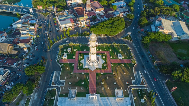 Zdjęcie wieży wieży wielkiego meczetu w mieście banda aceh