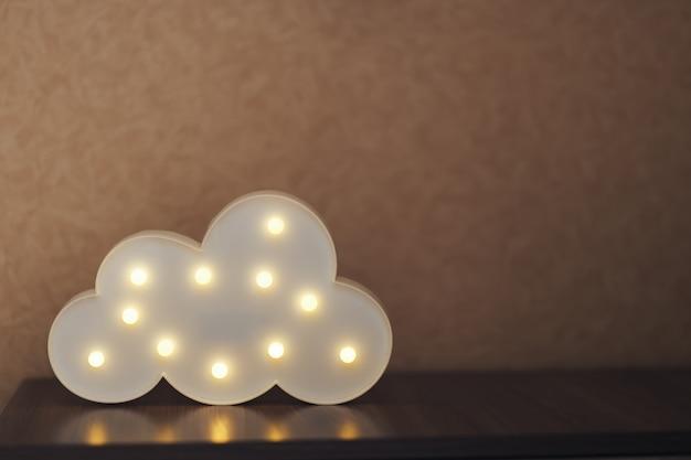 Zdjęcie włączonej i świecącej lampy w kształcie chmury