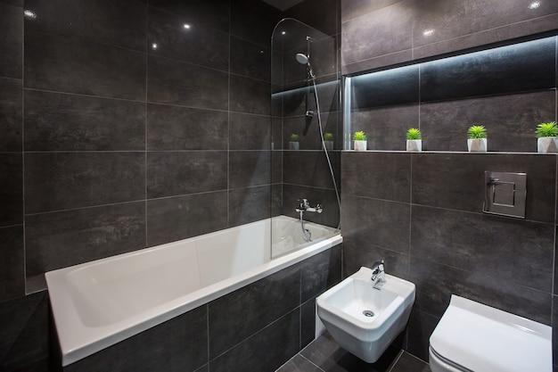 Zdjęcie wnętrza łazienki w nowoczesnym stylu ciemnej kolorystyki