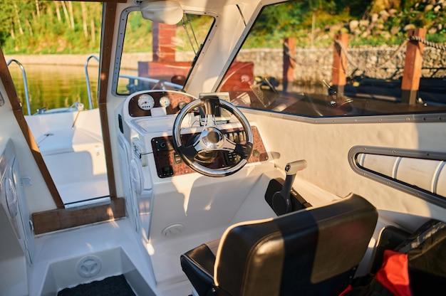 Zdjęcie wnętrza małej motorówki transportowej