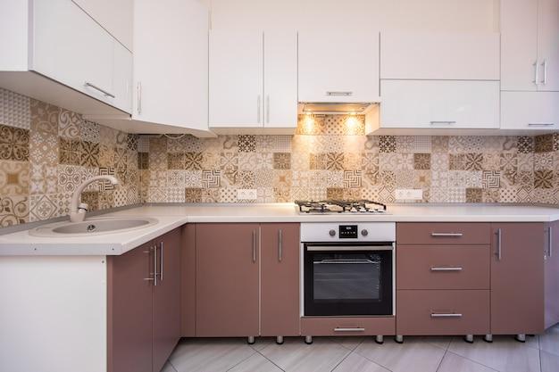 Zdjęcie wnętrza nowoczesnej kuchni beżowej