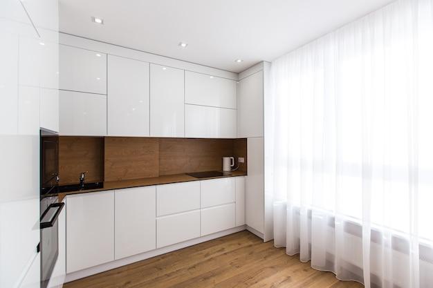 Zdjęcie wnętrza nowoczesnej kuchni w kolorze białym