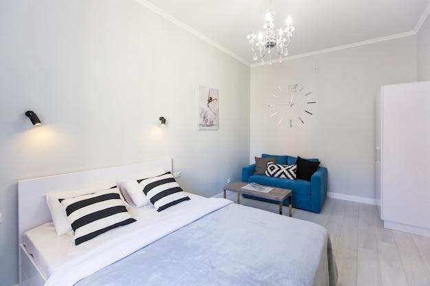 Zdjęcie wnętrza sypialni z dużym łóżkiem