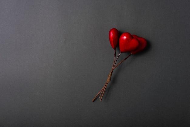 Zdjęcie z czerwonym sercem na ciemnym tle z copyspace