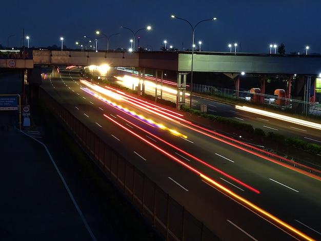 Zdjęcie z długim czasem naświetlania autostrady dżakarta merak w nocy przy bramce opłaty drogowej east balaraja