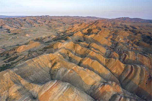 Zdjęcie z drona zachodzącego słońca mniej znanego punktu widokowego i kolorowej pustyni w regionie kvemo kartli