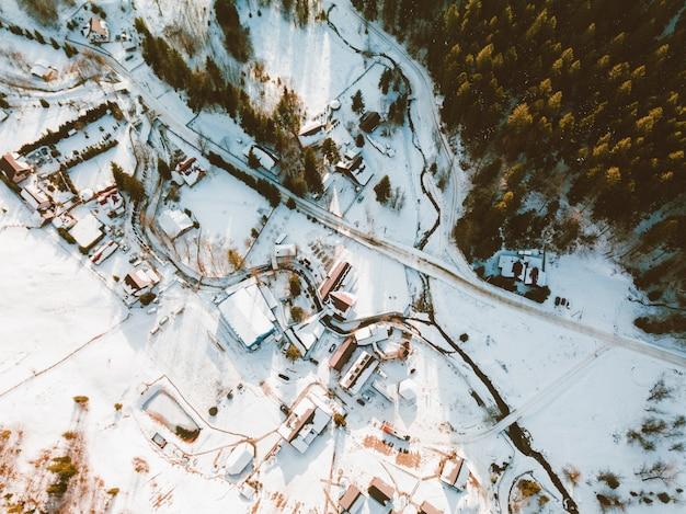 Zdjęcie z góry małych domków w górskiej wiosce