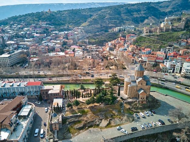 Zdjęcie z lotu ptaka. krajobraz miasta tbilisi i rzeki kura. tbilisi, gruzja - 17.03.2021