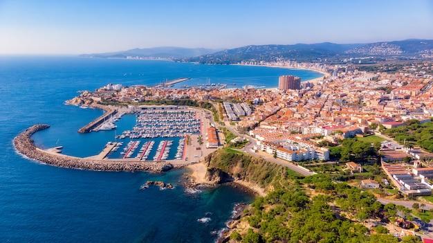 Zdjęcie z lotu ptaka z małego hiszpańskiego miasteczka palamos na costa brava