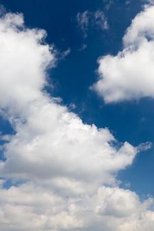 Zdjęcie z małą głębią ostrości błękitne niebo z białymi chmurami cumulus. wiosna
