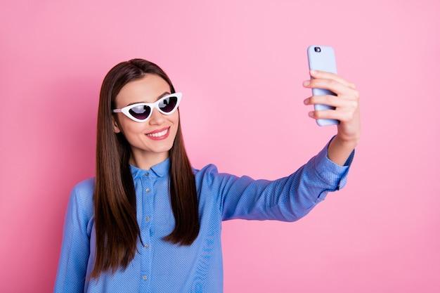 Zdjęcie z modną piękną kobietą przy selfie