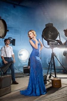 Zdjęcie z piękną blondynką pozującą w hollywoodzkim stylu