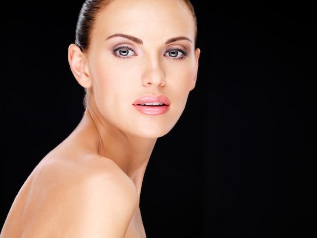 Zdjęcie z piękną twarz dorosłej kobiety pretty ze świeżą skórą - na czarnym tle