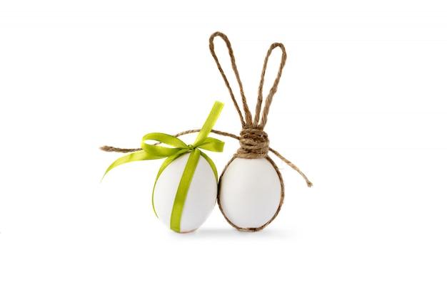 Zdjęcie z pisanek z uszami królika ang zieloną wstążką.