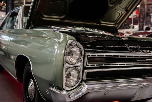 Zdjęcie z przodu klasycznego samochodu