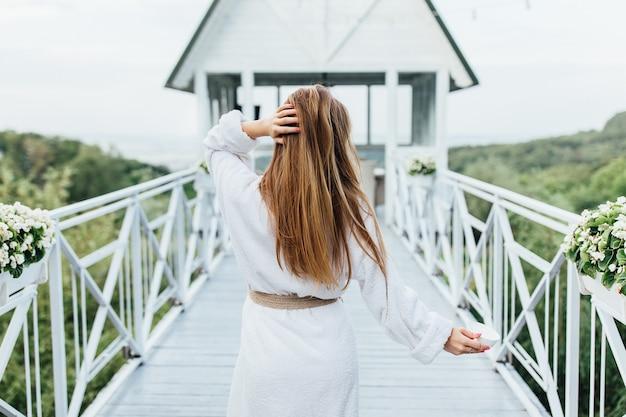 Zdjęcie z tyłu. poranny spacer w luksusowym kurorcie w pobliżu morza i gór.