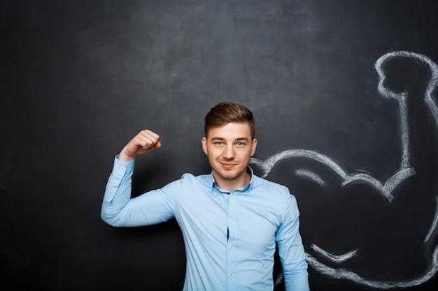 Zdjęcie zabawnego człowieka z fałszywym ramieniem mięśni