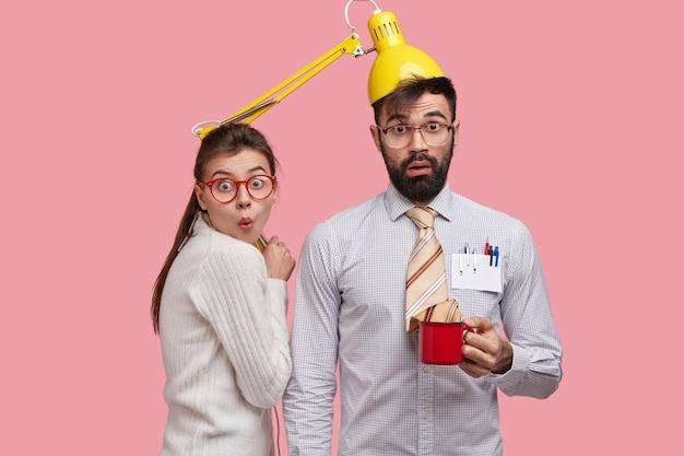 Zdjęcie zabawnych uczniów współpracujących ze sobą, bawić się podczas przerwy kawowej