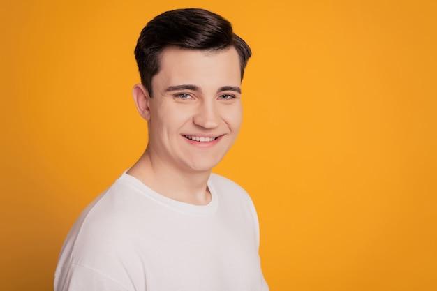 Zdjęcie zadowolonego przedsiębiorcy faceta na białym tle na żółtym tle
