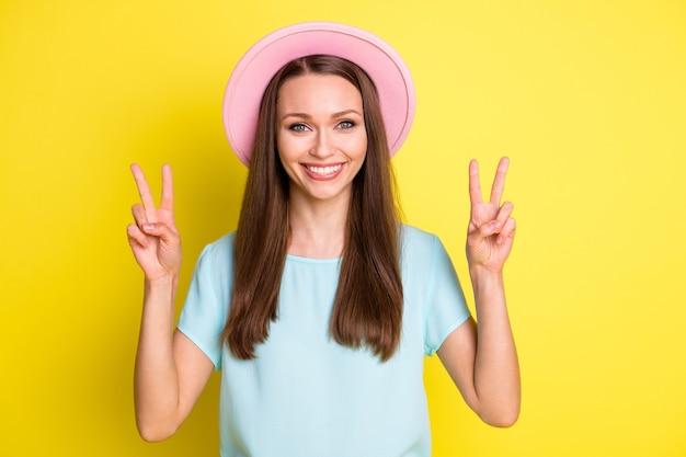 Zdjęcie zadowolonej, zadowolonej, uroczej dziewczyny, ciesz się odpoczynkiem, zrelaksuj się, aby znak v nosić dobrze wyglądające ubrania odizolowane na żywym kolorze tła