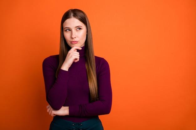 Zdjęcie zamyślonej dziewczyny dotknij podbródka ręce patrzą copyspace myślę myśli zadają odpowiedź trudne pytanie nosić sweter izolowany nad żywym kolorem tła