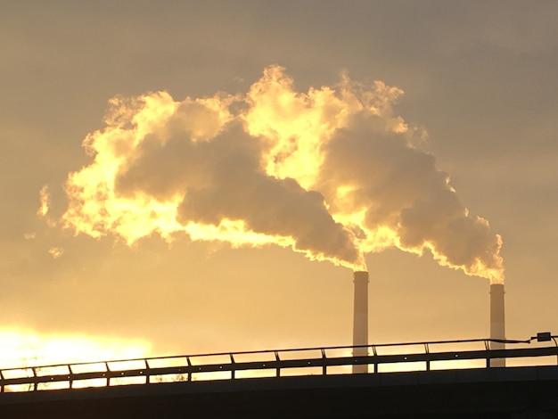 Zdjęcie zanieczyszczenia ekologicznego strefy przemysłowej miasta kijowa. zanieczyszczenie powietrza przez przemysł ciężki rano o wschodzie słońca w zimie.