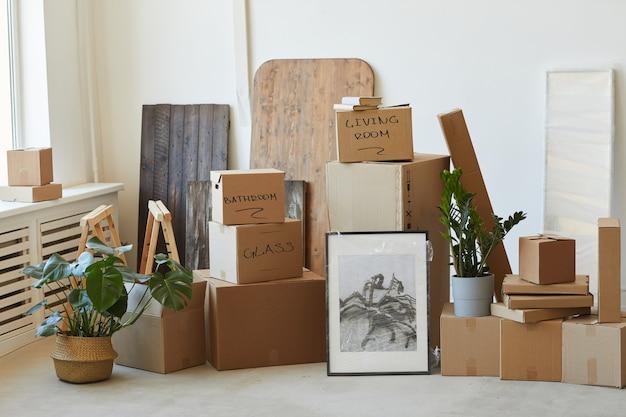 Zdjęcie zapakowanych, podpisanych pudełek i innych rzeczy przygotowanych do relokacji