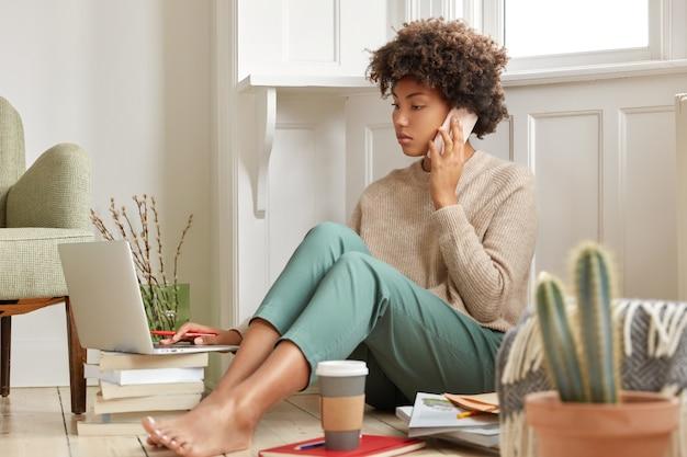 Zdjęcie zapracowanego, ciężko pracującego studenta ma konsultację telefoniczną